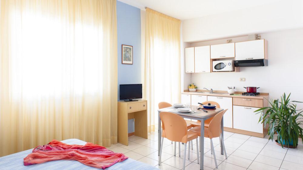 monolocale letto angolo cottura tavolo colazione