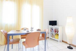 Bilocale - tavolo e consolle TV